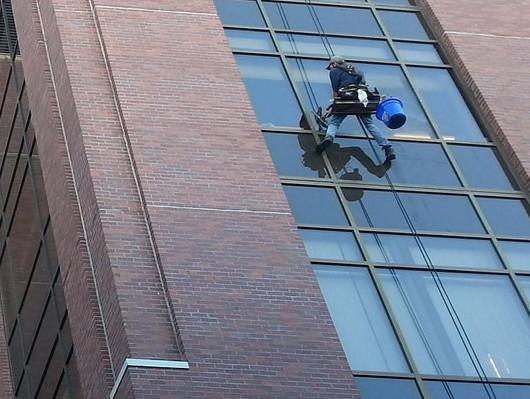 Prace na wysokościach Poznań – czyste okna w gabinecie